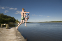 Children are jumping into the lake for a swim (Photo: Lars Horn)
