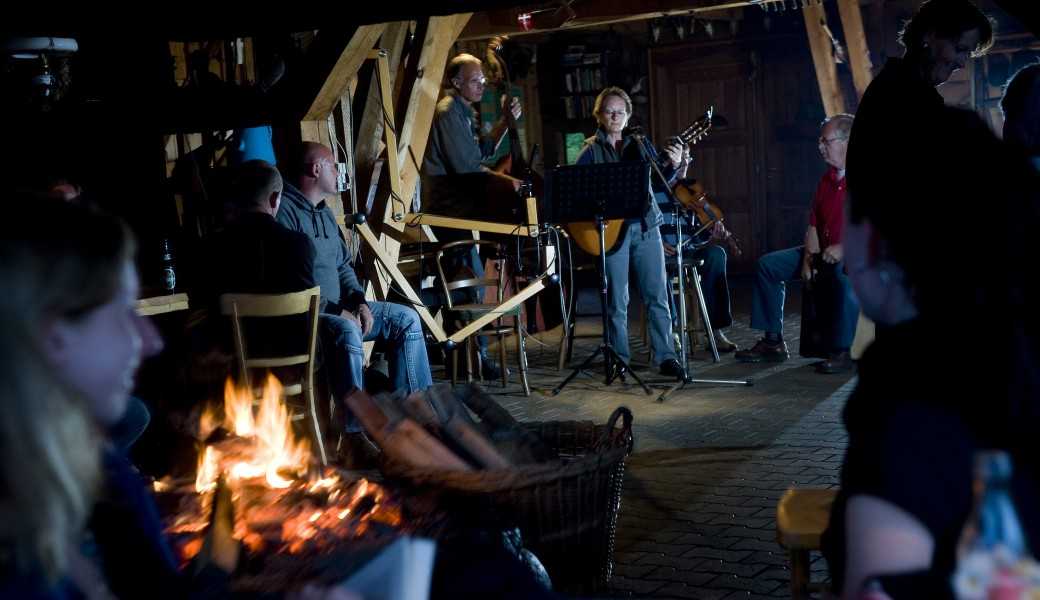 Live music with song, guitar and bas in the room with the open fireplace and good atmosphere for the whole family