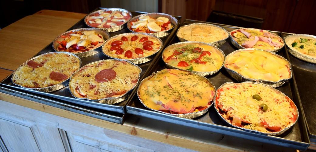 [:da] Hvert familiemedlem laver sin egen unikke pizza [:en] Each member of the family is making her own unique pizza [:de] Jedes Familienmitglied mach seine eigene einzigartige Pizza [:nl] Elk gezinslid mag zelf zijn eigen unieke pizza maken[:]