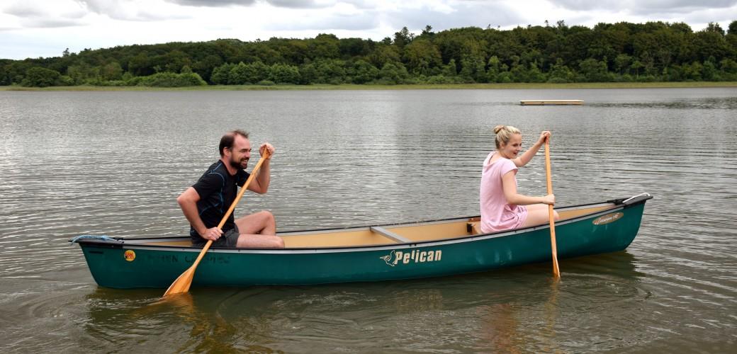 [:da] Oplev naturen: Kanotur på den store sø. Medbring selv båd eller kano eller en af campingpladsens kanoer. [:en] Experience the nature: Canoe trip on the big lake. Bring your own boat or canor, og rent one of the canoes on the campsite [:de] Erlebe die Natur: Kanofahrt auf dem großen See. Bringt gerne eigenes Boot oder Kanu oder mietet ein von Campingplatz [:nl] Beleef de natuur; kanovaren op het grote meer. Breng uw eigen boot of kano mee, of huur één van de campingkano's[:]