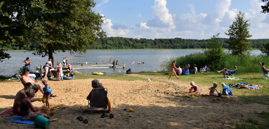 [:da] Badende campister der nyder solen ved stranden [:en] Swimming campers are enjoying the sun at the beach [:de] Badende Camper genießen die Sonne am Strand [:nl] Badgasten genieten van de zon op het strand[:]