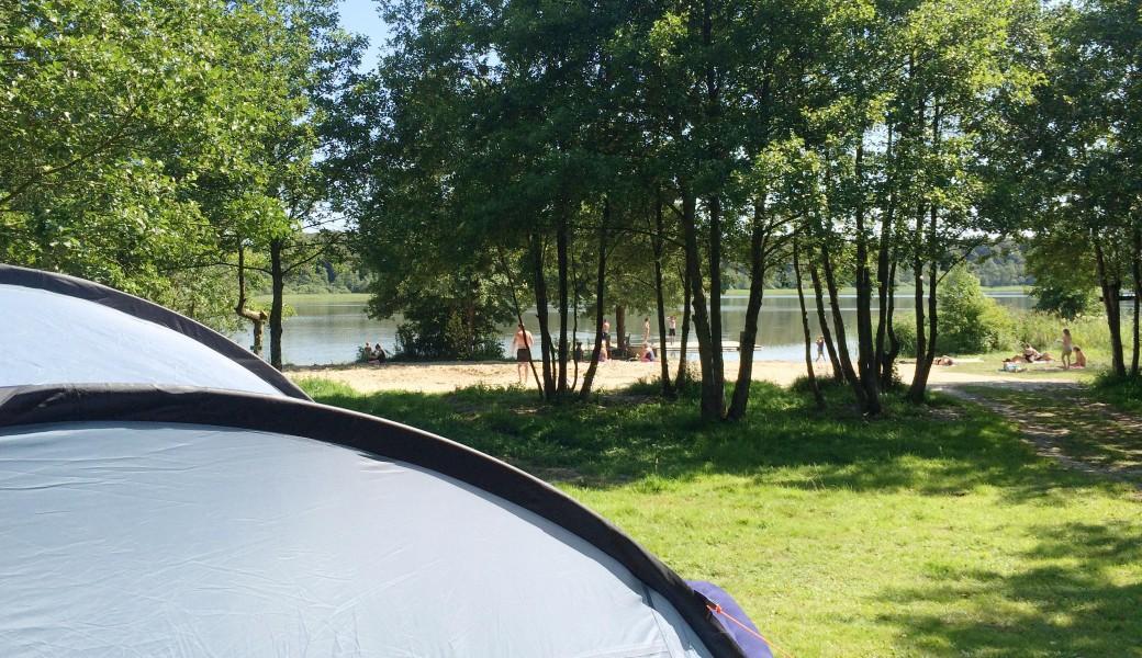 [:da] Campering tæt på søen og badestranden [:de] Das Zelt narh am See und dem Strand [:en] Camping next to the lake and the beach [:nl] Camping dicht bij het meer en het strand[:]